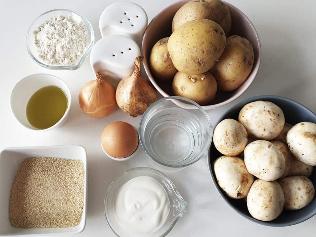 Kotleciki ziemniaczane w sosie pieczarkowym - składniki przed przygotowaniem