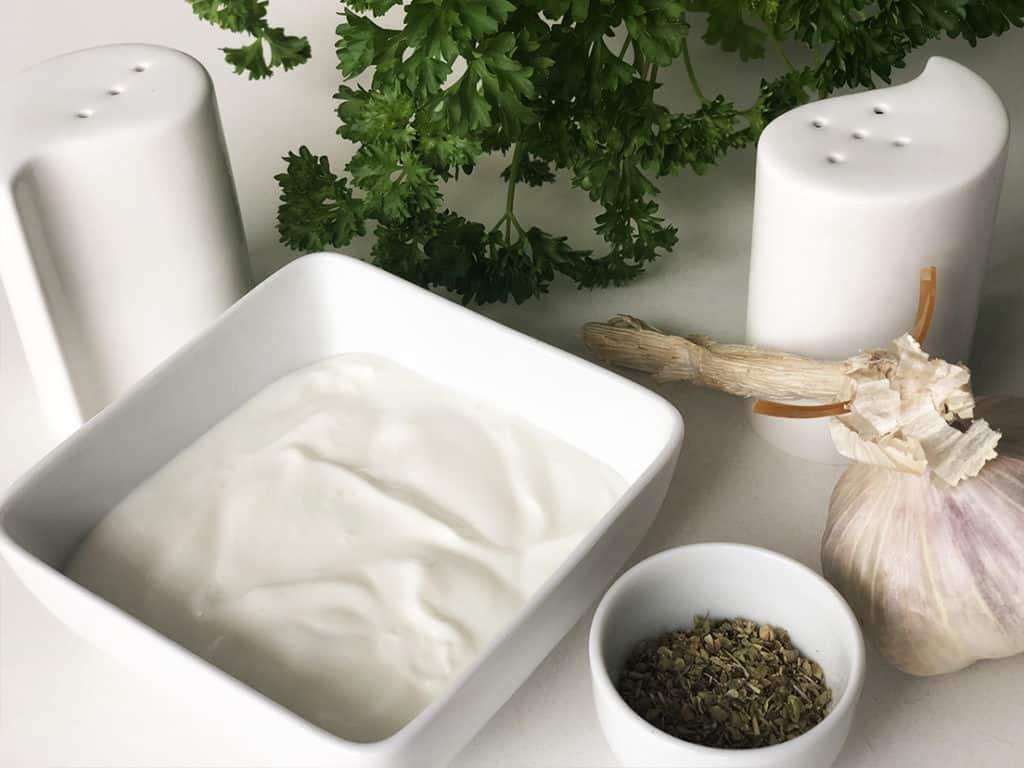 Sos czosnkowy - składniki przed przygotowaniem