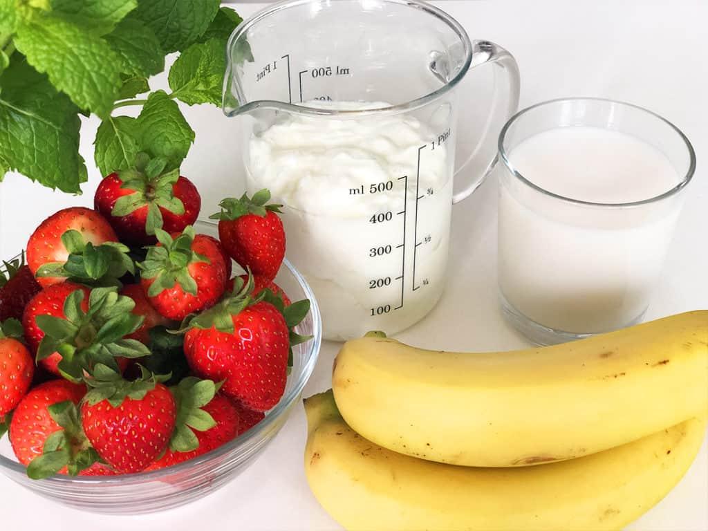 Koktajl bananowo truskawkowy z miętą - składniki przed przygotowaniem