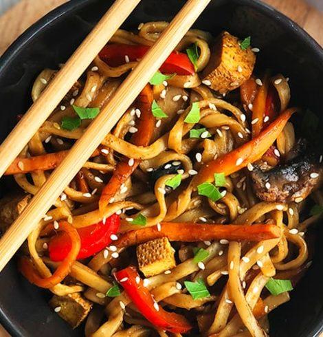 Smażony makaron z tofu i warzywami