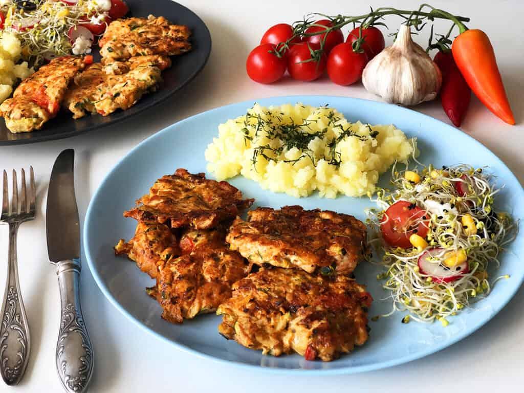 Siekane kotlety z kurczaka i cukinii - gotowe danie
