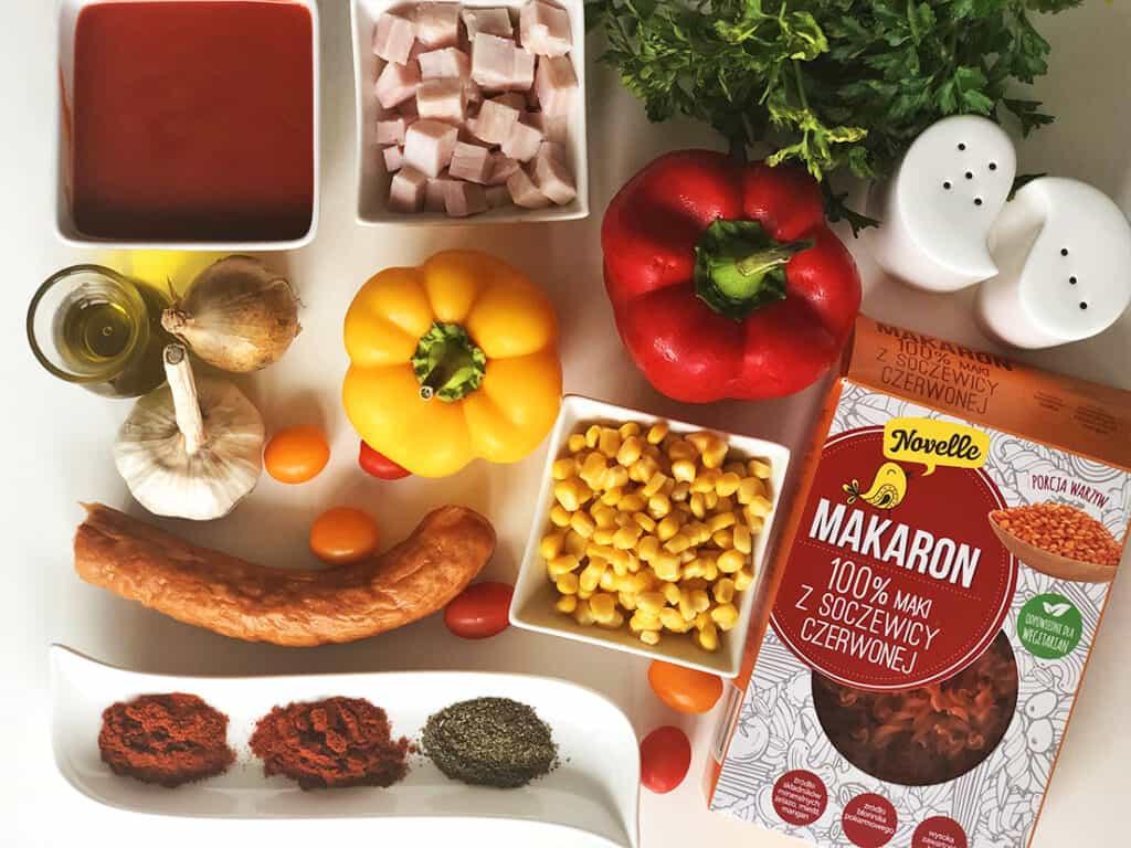 Makaron z soczewicy z warzywami i kiełbasą - składniki przed przygotowaniem