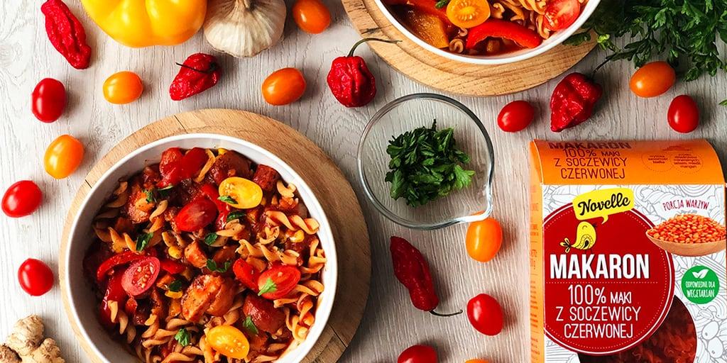 Makaron z soczewicy z warzywami i kiełbasą - propozycja przygotowania
