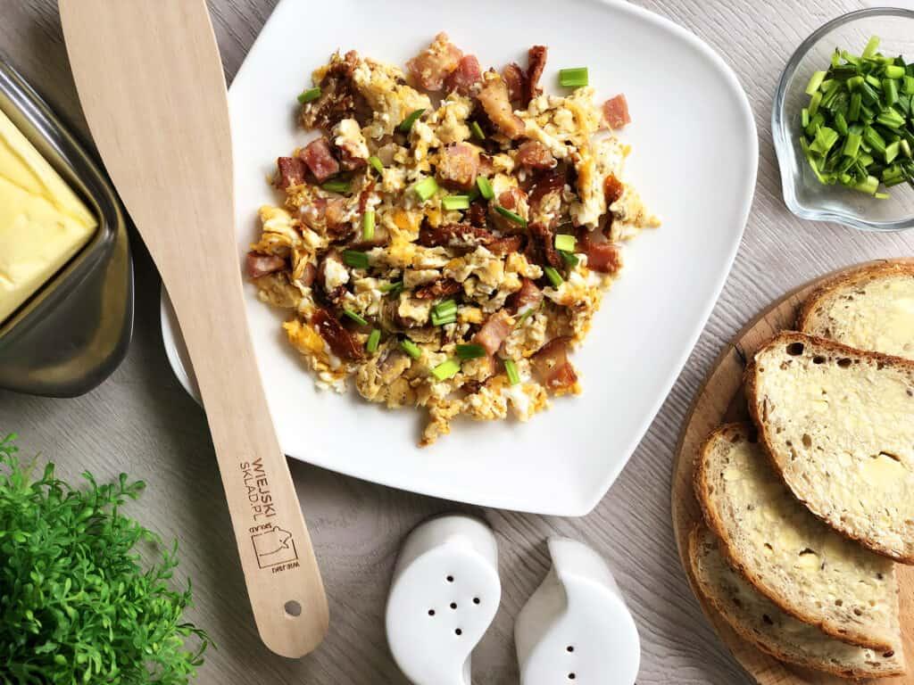 Jajecznica z suszonymi pomidorami i boczkiem - gotowe danie