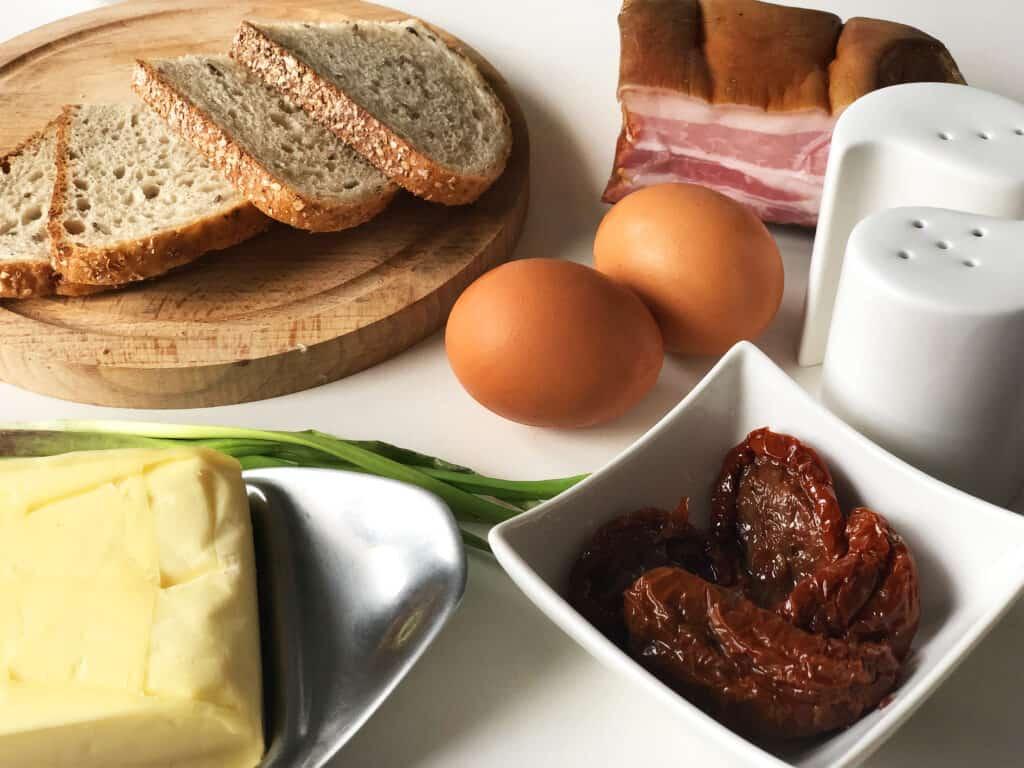 Jajecznica z suszonymi pomidorami i boczkiem - składniki przed przygotowaniem