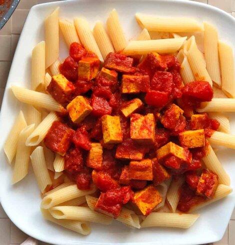 Makaron z tofu w sosie pomidorowym