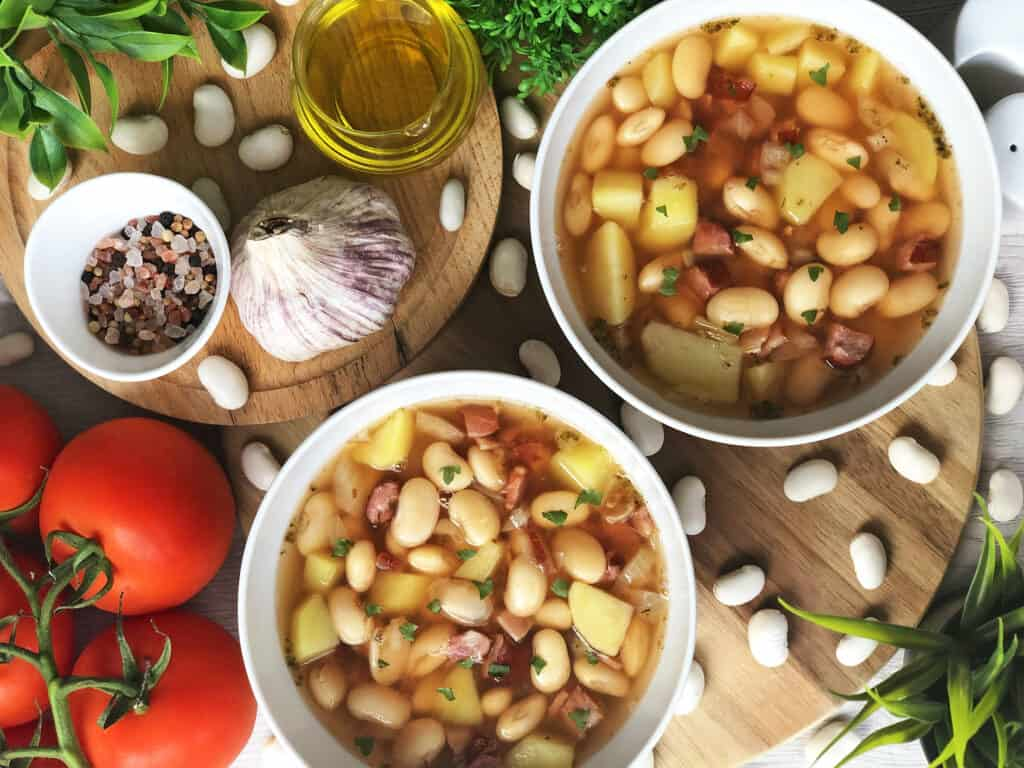 Zupa fasolowa z boczkiem i kiełbasą - gotowe danie