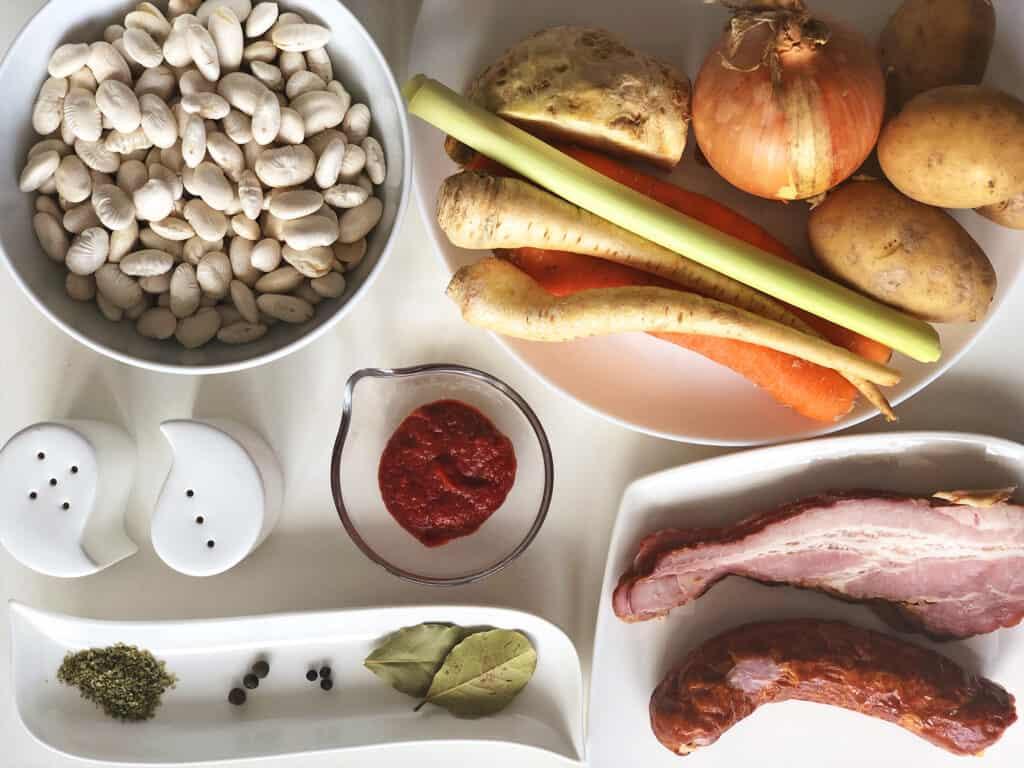 Zupa fasolowa z boczkiem i kiełbasą - składniki przed przygotowaniem