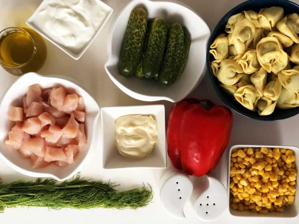 Sałatka z kurczakiem i tortellini - składniki przed przygotowaniem