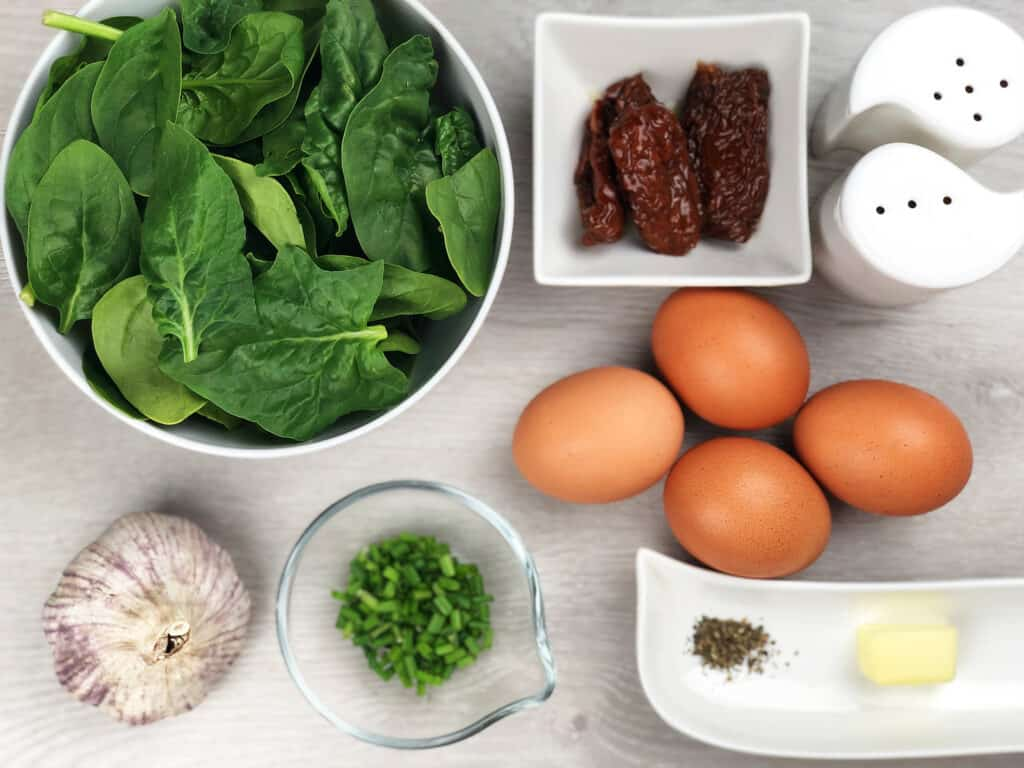 Jajecznica ze szpinakiem i suszonymi pomidorami - składniki przed przygotowaniem