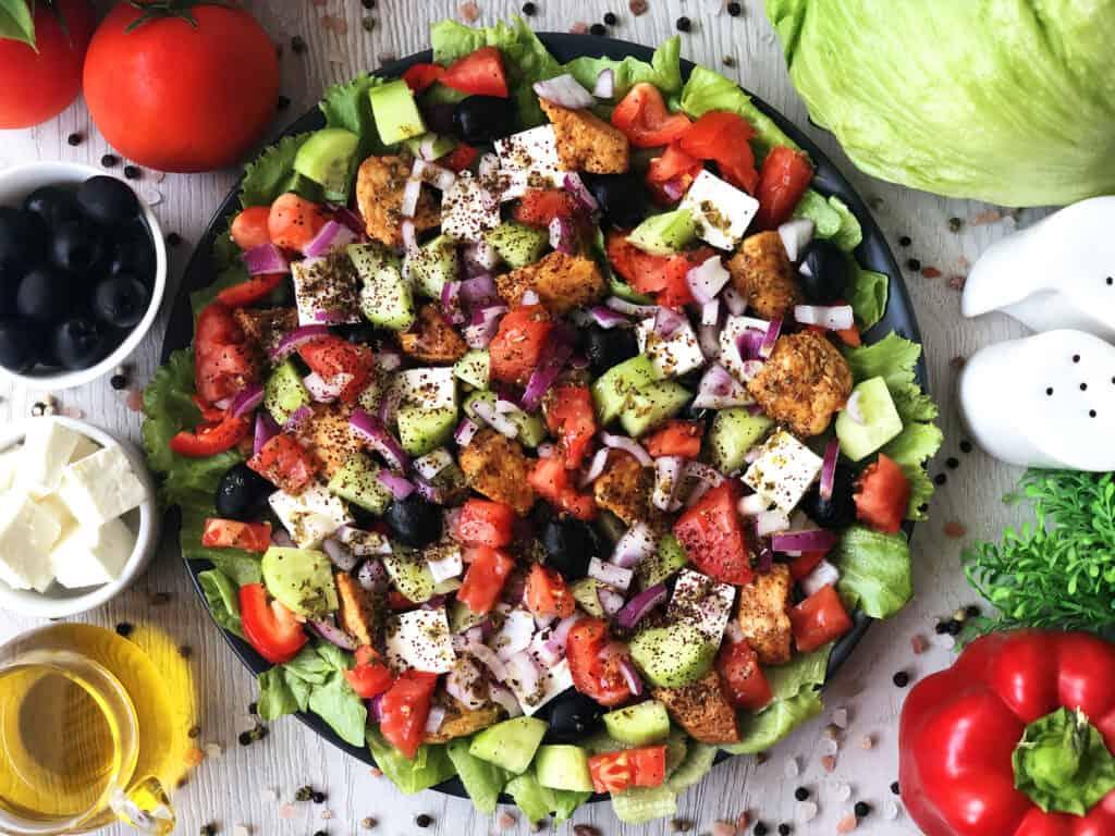 Sałatka grecka z kurczakiem - gotowe danie